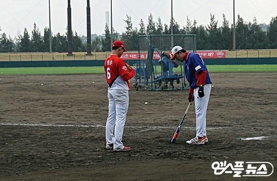 스프링캠프에서 최원준은 김민호 코치와 함께 펑고 훈련에 매진했다(사진=엠스플뉴스 김근한 기자)
