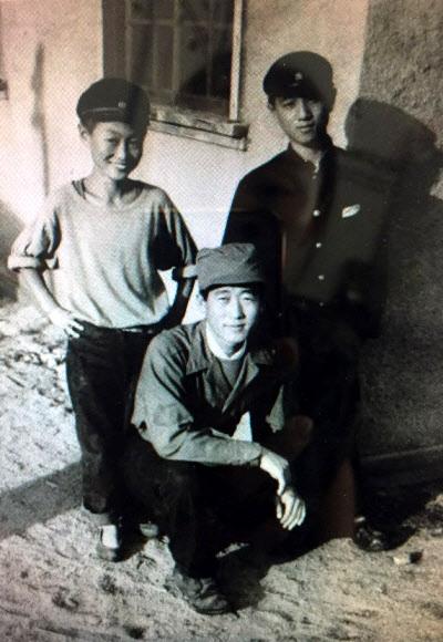 메클링 대령이 보관하고 있던 6·25 전쟁 때 대구기지에서 함께 근무한 박영섭(왼쪽부터), 김모(이름은 모름), 준하(성은 모름)씨의 모습.연합뉴스