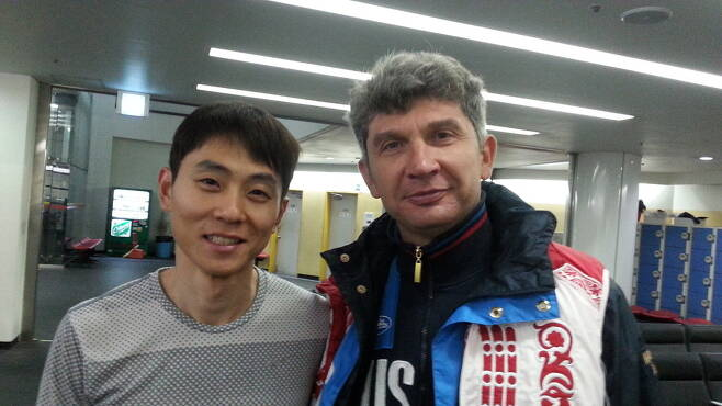 러시아 쇼트트랙 대표팀의 안현수(러시아명 빅토르 안)와 안드레이 막시모프 감독이 10일 한국체육대 빙상장에서 포즈를 잡고 있다.