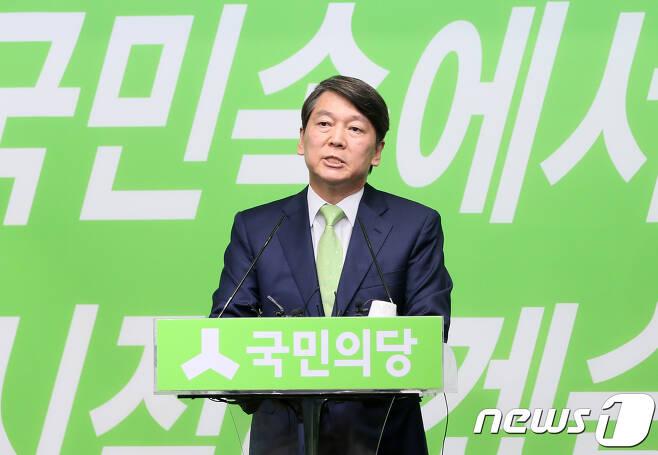 2017년 7월 12일 서울 여의도 국민의당 당사에서 문준용씨 제보조작 사건에 대해 사과하는 안철수 전 대표.