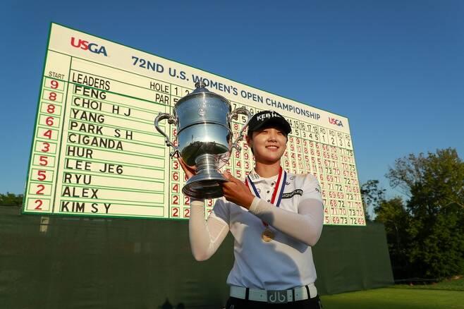 박성현이 16일(현지시각) 유에스여자오픈 우승 트로피를 들고 환하게 웃고 있다. 리더보드 맨 왼쪽은 전날 3라운드까지의 순위다. 박성현은 4위에서 우승을 하는 저력을 보여줬다.  미국골프협회(USGA) 제공
