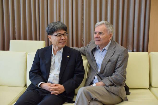 임도빈 서울대 행정대학원 교수(왼쪽)와 장루 샤플레 스위스 로잔대 공공행정대학원 교수.
