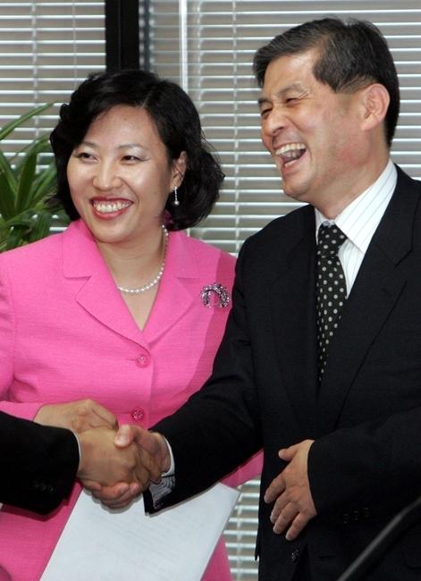 2005년 5월 열린 과학기술자문회의에서 밝게 웃는 황우석 전 서울대 교수와 박기영 당시 정보통신과학기술보좌관(현 과학기술혁신본부장) / 사진=연합뉴스