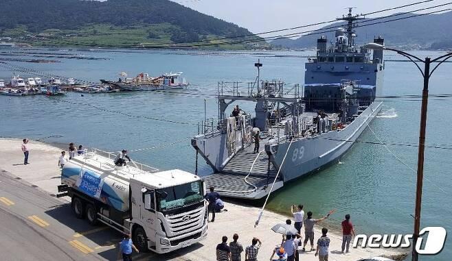 해군 제3함대사령부의 200톤급 군수지원정이 지난 10일 오후 완도 노화 이목항에서 식수를 공급하고 있다. 3함대사령부는 2대의 선박을 동원해 1주일씩 완도지역 섬 주민 식수운반에 투입된다. (완도군 제공)2017.8.11./뉴스1 © News1