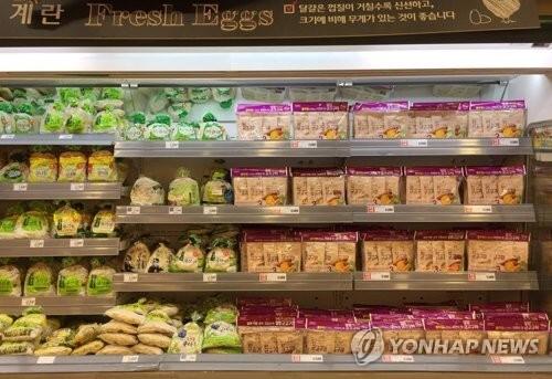 (서울=연합뉴스) 이도연 기자 = 16일 서울 시내 한 대형마트의 계란 판매대가 다른 제품들로 채워져 있다. 2017.8.16.      dylee@yna.co.kr