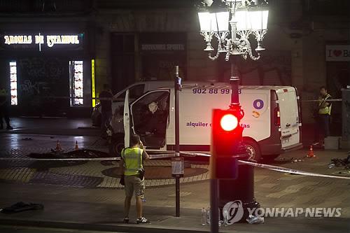 (바르셀로나<스페인> EPA=연합뉴스) 스페인의 제2 도시인 바르셀로나의 중심가에서 17일(현지시간) 오후 차량의 인도 돌진 테러가 발생, 13명이 숨지고 80여명이 다쳤다.       경찰이 용의자 2명을 잇따라 체포해 조사 중이다. 극단주의 테러조직 이슬람국가(IS)는 이번 테러가 자신들의 소행이라고 밝혔다. 사진은 범인들이 테러를 저지르고 빠져 나간 밴 차량의 모습.    bulls@yna.co.kr