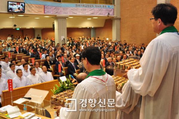 대한예수교장로회 합동 총회(왼쪽)와 한국기독교장로회 총회. 2013년 10월/ 경향신문 자료사진