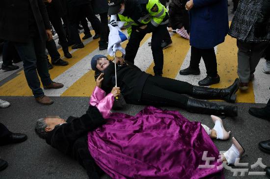 서울 삼성동 박근혜 전 대통령 자택 앞에서 박 전 대통령 지지자들이 JTBC 차량을 막으려 거리에 드러눕고 있다. (사진=박종민 기자)