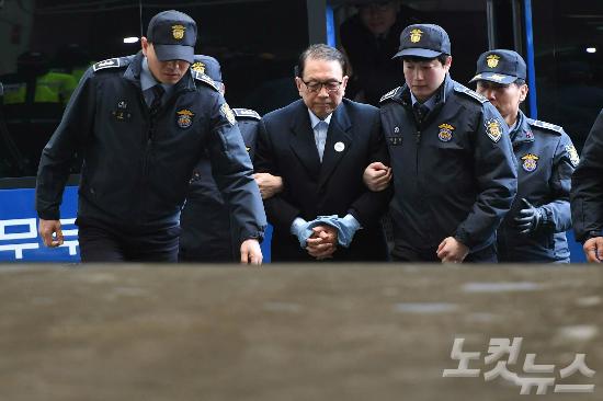 문화·예술계 블랙리스트에 관여한 혐의로 구속된 김기춘 전 청와대 비서실장이 1월 22일 서울 강남구 특검사무실로 소환되고 있다. (사진=박종민 기자)
