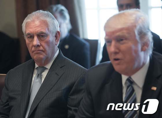 도널드 트럼프 미국 대통령(오른쪽)과 렉스 틸러슨 국무장관. © AFP=뉴스1