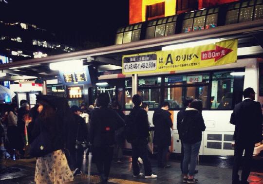 일본 후쿠오카시의 한 버스정류장에서 시민들이 버스에 오르고 있다. /후쿠오카=박우인기자