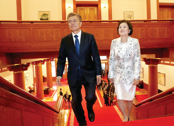 5월 10일 취임식을 마친 뒤 청와대 본관에 들어서는 문재인 대통령과 부인 김정숙 여사. 사진·중앙포토