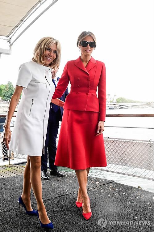 (파리 AFP=연합뉴스) 미국 대통령의 부인 멜라니아 여사(오른쪽)와 프랑스 영부인 브리짓 여사가 13일(현지시간) 센 강 유람선 관광을 마친 후 함께 걸어나오고 있다. 프랑스의 대표적 패션 브랜드 크리스챤 디올 제품인 붉은 색 투피스 정장을 입고 같은 색의 하이힐을 선택한 멜라니아와 프랑스 패션의 양대산맥을 이루는 루이뷔통의 흰색 미니원피스에 파란색 하이힐로 마무리한 브리짓을 목격한 행인들은 색상대비가 너무 좋다며 두 사람의 패션센스에 감탄했다. 프랑스 언론은 멜라니아를 존 F. 케네디 전 미국 대통령의 부인이자 패셔니스타로 유명했던 재클린 여사와 비교하며 찬사를 보냈다.      ymarshal@yna.co.kr