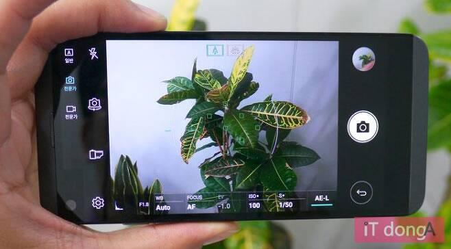 LG Q8 카메라앱의 전문가 모드