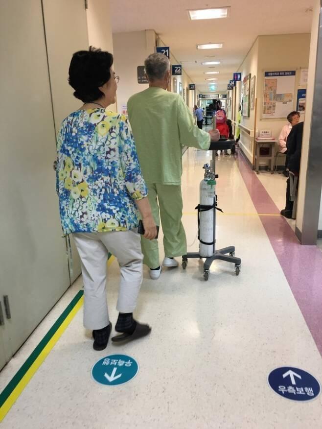 지난해 삼성서울병원에 입원 중이던 '메르스 환자' 이모씨의 뒷모습. 폐 기능 저하로 호흡이 어려워 산소통을 옆에 두고 있다. 이씨는 투병 2년여 만인 13일 새벽 숨을 거뒀다. 이에스더 기자