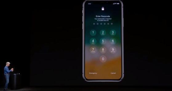 잠금화면 해제에 한 차례 실패한 아이폰X의 화면. [애플 생중계 영상]