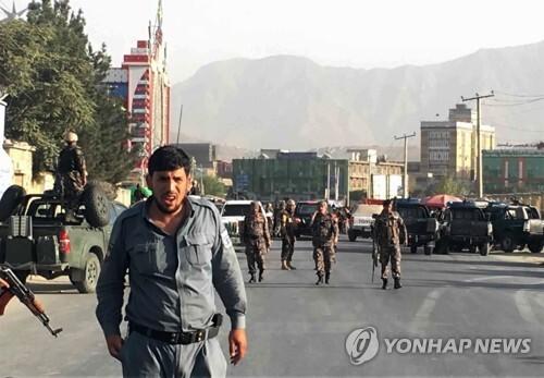 13일 아프가니스탄 수도 카불 크리켓경기장 밖에서  경찰이 경계를 서고 있다.[AP=연합뉴스]