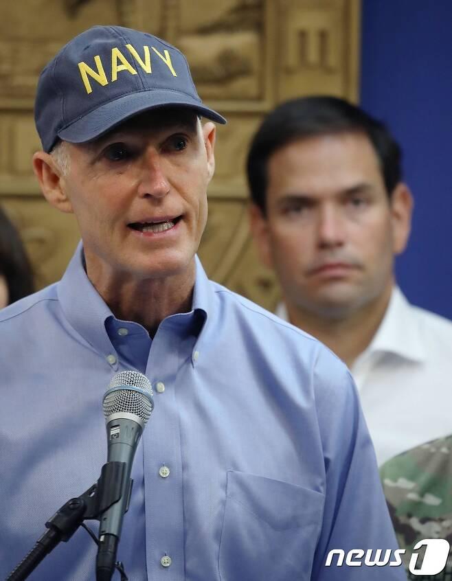 허리케인 '어마'에 피해에 대해 언론에 설명하는 릭 스콧 플로리다 주지사. © AFP=뉴스1