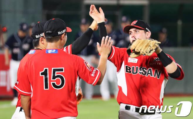 롯데 자이언츠의 탄탄한 수비를 이끌고 있는 외국인타자 번즈(오른쪽). /뉴스1 © News1 여주연 기자
