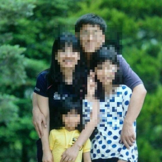 학교폭력 때문에 지난달 아파트에서 투신해 숨진 A양이 생전 가족과 단란한 한때를 보내던 모습. [사진 A양 유족]