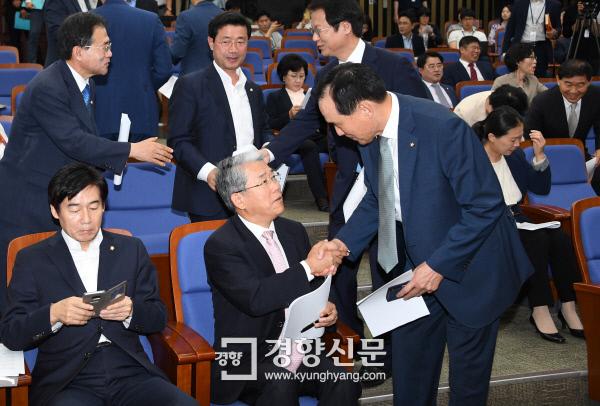 국민의당 김동철 원내대표와 김중로 의원이 14일  국회에서 열린 의원총회에 참석해 인사하고 있다./권호욱 선임기자