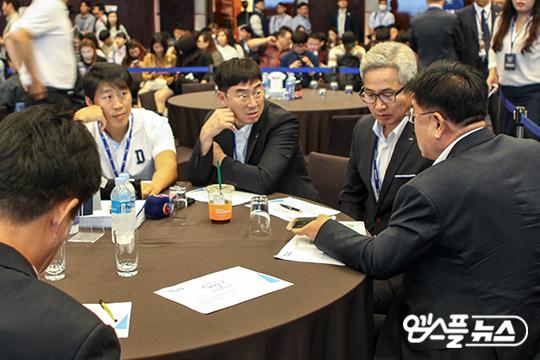 지명을 앞둔 두산 스카우트 팀이 심각한 표정으로 논의하는 장면(사진=엠스플뉴스 전수은 기자)