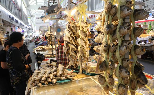 전통시장 건어물 코너에서 소비자들이 시장 상인과 상품을 흥정하고 있다. [사진제공=연합뉴스]