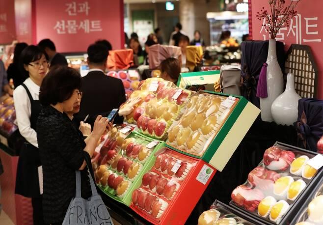 추석 연휴를 일주일여 앞둔 지난 25일 서울의 한 백화점에서 고객들이 추석 선물세트를 살피고 있다. /사진=뉴스1