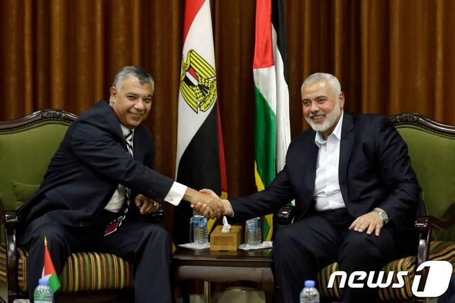 팔레스타인 무장정파 하마스 최고지도자 이스마일 하니야(왼쪽)와 칼리드 파우지 이집트 정보부 장관. © AFP=뉴스1