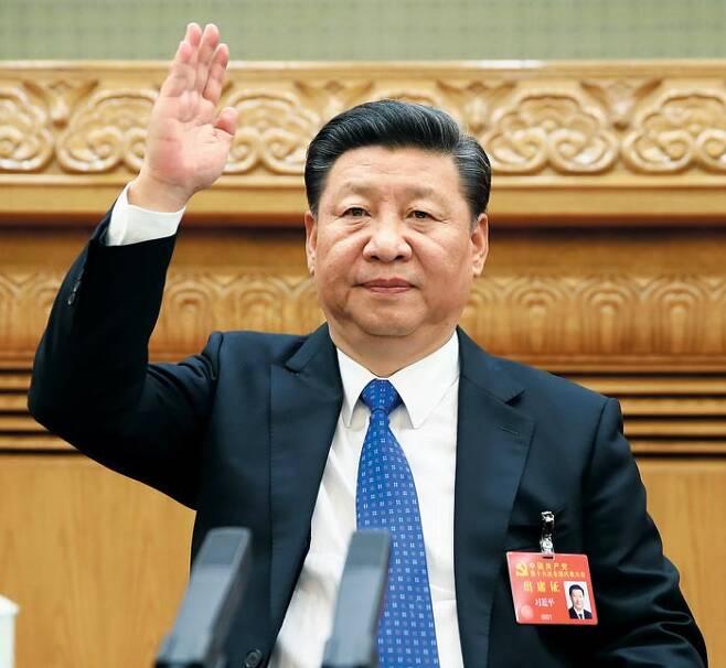 당대회 사전회의에 참석한 시진핑 - 시진핑 집권 2기의 중국 지도부와 정책 방향을 결정할 공산당 제19차 대회가 18일 베이징 인민대회당에서 개막한다. 사진은 시 주석이 당 대회 개막을 하루 앞둔 17일 인민대회당에서 열린 당 대표들의 사전 회의에 참석한 모습이다. 이번 당 대회에선 8900만 공산당원 중에서 뽑힌 2200여 명의 대표가 모여 새 지도부를 선출할 예정이다. /신화통신 연합뉴스