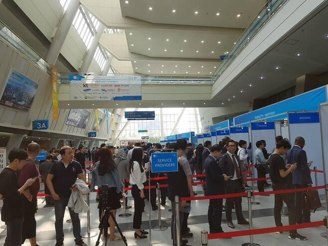 각국에서 온 방문객들이 벡스코 오디토리움에서 열린 '2017 ITU(국제전기통신연합) 텔레콤 월드'에 참가하려고 등록을 하고 있다. 김광수 기자