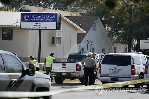 (샌안토니오 AP=연합뉴스) 총기 난사 사건이 발생한 미국 텍사스주 샌안토니오 인근 서덜랜드 스프링스의 서덜랜드 스프링스 제1침례교회 앞에 5일(현지시간) 경찰들이 출동해 있다. 미국 방송들은 이날 예배 도중 괴한이 교회로 난입해 안에 있던 사람들을 향해 총을 마구 쐈으며 최소 20명이 사망하고 30명이 부상했다고 보도했다. 범인은 달아나다 숨졌으나 경찰에 사살된 것인지 자살한 것인지는 확인되지 않았다.     ymarshal@yna.co.kr