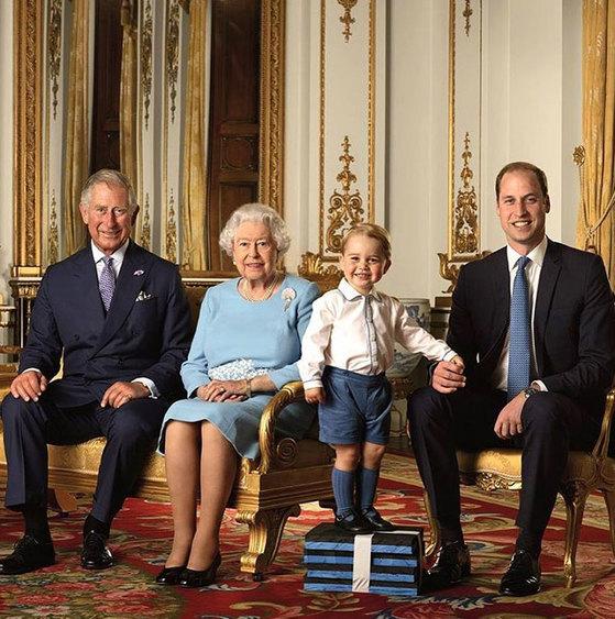 엘리자베스 여왕부터 4대에 걸쳐 장손들이 모여 촬영한 가족사진. 왼쪽부터 찰스 왕세자, 엘리자베스 여왕, 증손자 조지 왕자, 왕세손 윌리엄 왕자. [사진 중앙포토]