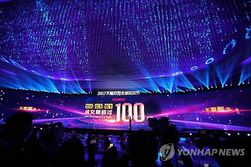 (상하이 AFP=연합뉴스) 중국 최대 전자상거래업체 알리바바가 11일 오전 0시(현지시간) 개시한 중국판 블랙프라이데이 '광군제'(光棍節·독신자의 날) 할인행사가 폭발적인 양상이다. 알리바바는 이번 행사가 개시된 지 28초만에 온라인 쇼핑몰 T몰(天猫)에서 거래액이 10억 위안(1천682억원)을 돌파했다고 밝혔다. 한국 원화 기준으로 10조원(594억4천243억 위안)을 돌파한 것은 1시간5분 만이었다. 사진은 이날 새벽 상하이에서 광군제 갈라쇼가 열린 가운데 행사장의 대형 전광판에 '행사 개시 3분1초 만에 매출액 100억 위안 돌파'를 알리는 수치가 비치는 모습.      lkm@yna.co.kr