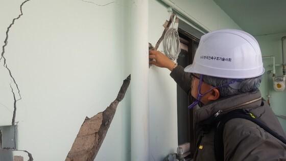 16일 오후 정광량 한국건축구조기술사회 회장이 포항 북구 홍해읍 대성아파트에서 안전점검을 하고 있다. 최은경 기자