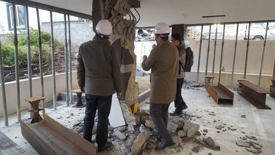 16일 오후 내진 공학 전문가들이 북구 장성동 필로티 구조 다세대주택을 점검하고 있다. 최은경 기자