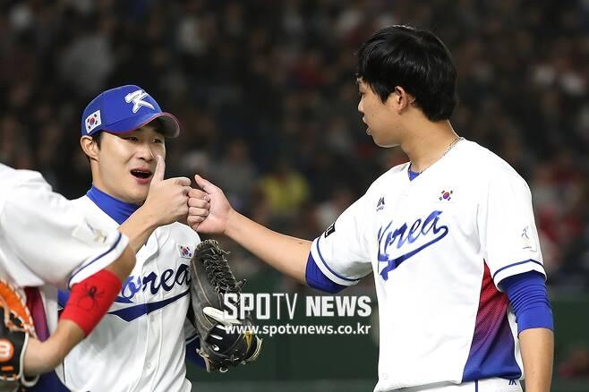 ▲ 엄지 세리머니를 하는 김하성(왼쪽)과 임기영 ⓒ 도쿄(일본), 곽혜미 기자