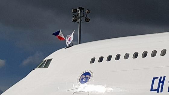 문재인 대통령의 전세기는 순방때마다 태극기와 함께 방문국의 국기를 함께 내건다. 반면, 필리핀 마닐라 공항에서 포착된 아베신조 일본 총리의 전용기 2대에는 모두 국기 게양 등은 없었다. 강태화 기자