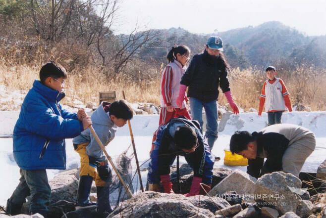 겨울 방학을 맞아 하천에서 물속 생물 조사를 하느라 신난 학생들.