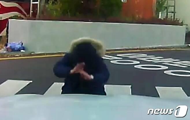 2018대학수학능력시험일인 23일, 전윤철씨(50)의 아들 준서(18)군이 아버지의 차량 앞에서 큰절을 하고 있다.(전윤철씨 페이스북 동영상 캡처)2017.11.23/뉴스1 © News1 박준배 기자