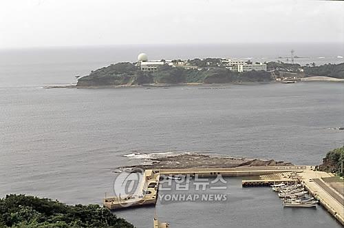 일본 나가사키현 쓰시마(對馬)에 있는 한국전망대에서 바라본 일본의 공군과 해상자위대 기지.[연합뉴스 자료사진]