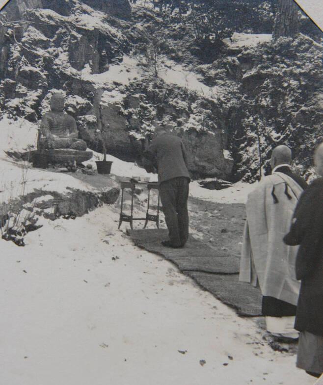 데라우치 총독이 옮겨온 경주불상 앞에서 배례하는 장면. 1913년 2월 서울 남산 총독부 관저 부근에서 개안식을 열면서 찍은 것이다. 총독의 뒤에 참석한 승려들도 보인다.
