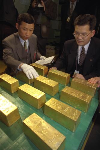 한국은행이 1998년 2월 27일 '금모으기 운동'으로 수집한 금괴12개(290㎏)을 매입했다. 한국은행은 이 운동으로 모인 금 중 수출한 것을 제외한 3t 가량의 금을 매입했다. [중앙포토]