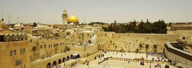 예루살렘 올드시티. 전면은 유대인들의 성소인 통곡의 벽이고, 뒤로는 무슬림들의 성소인 황금돔사원이 보인다.