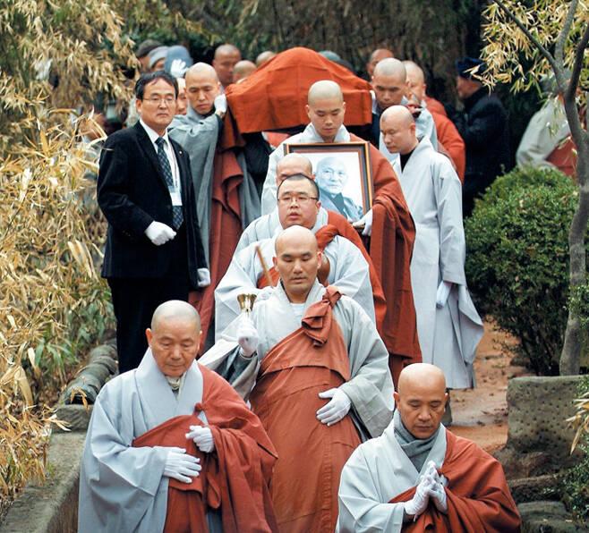 유재철 대표와 스님들이 2010년 서울 길상사에서 입적한 법정 스님을 운구하고 있다. / 유재철 제공