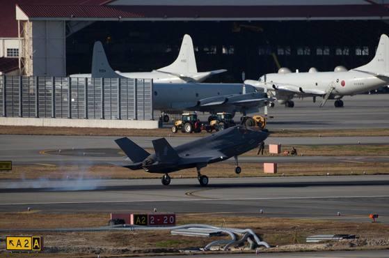 지난달 15일 일본 야마구치현 이와쿠니 기지에 도착한 F-35B 스텔스 전투기. F-35B는 한반도 유사시 가장 먼저 투입되는 미국의 대표적 항공 전략자산이다. 미군 기관지 성조지는 이와쿠니 기지의 해병대 제121 전투비행대대가 애리조나주 유마 해병항공단 기지에서 날아온 F-35B 3대를 인수했다고 전했다. [사진 미 태평양함대사령부]