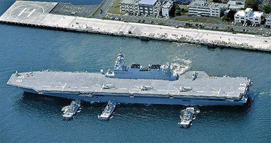일본 해상자위대의 헬기탑재형 호위함 이즈모함이 지난 5월 1일 미 해군 보급함 보호 임무를 수행하기 위해 요코스카 기지를 출발하고 있다. [AP=연합뉴스]