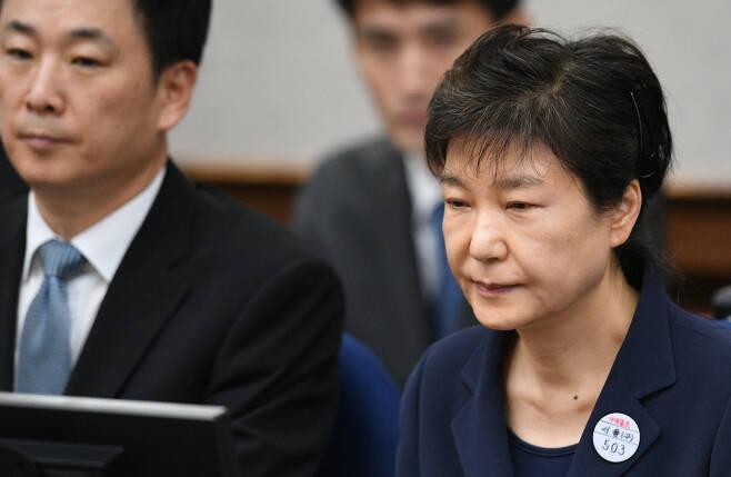 지난해 5월23일 서울중앙지법 재판에 처음 출석한 박근혜 전 대통령과 유영하 변호사. 사진공동취재단