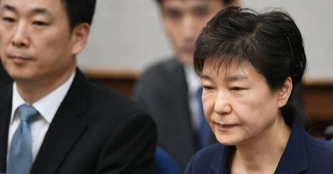 박근혜 전 대통령 재산 동결 - 국정 농단 사건 첫 공판 당시 박근혜 전 대통령. 왼쪽에 유영하 변호사. 법원은 12일 박근헤 전 대통령의 재산을 동결한다고 밝혔다. 2017.5.23 사진공동취재단