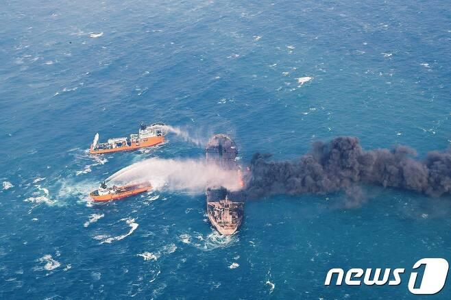 10일 (현지시간) 한국으로 향하다 중국 동중국해에서 침몰한 이란 유조선 '산치호'의 불을 끄기위해 중국 보급선들이 물을 뿌리고 있다. © AFP=뉴스1